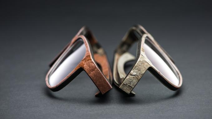 2 Modelle der ROLF Steinbrillen, der oberste Schickt aus einer dünnen Steinschicht besteht, während die Grundlage auf Holz besteht.