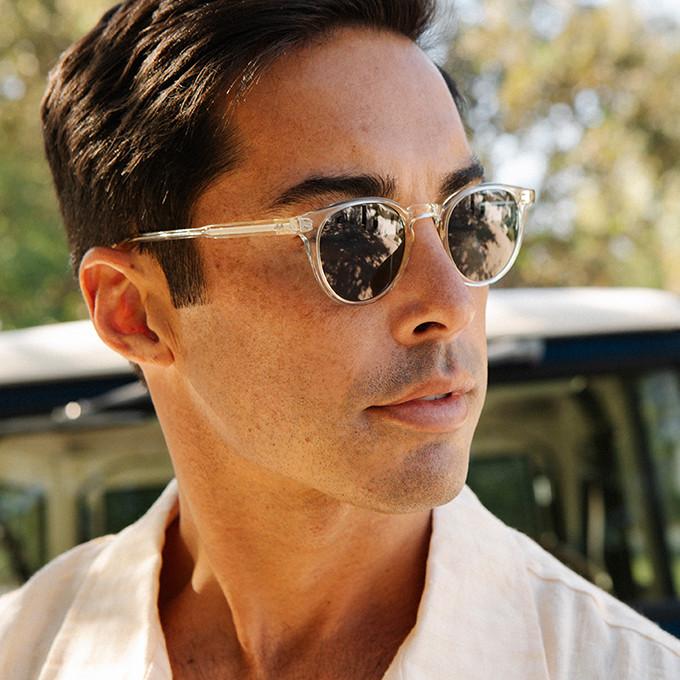 Herrnportrait mit heller Sonnenbrille in Pantoform von Garrett Leight.