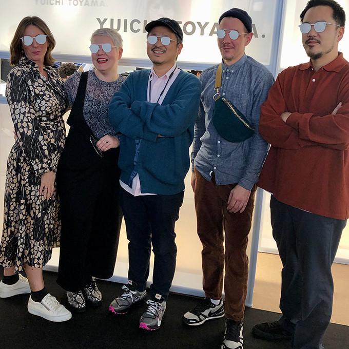 3 BELLEVUE Teammitglieder mit Yuichi Toyama und Mitarbeiter beim Fototermin auf der Messe Opti in München.