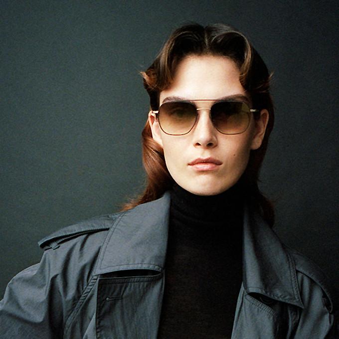 Frauenportrait mit großer Doppelsteg-Sonnenbrille von Orgreen.