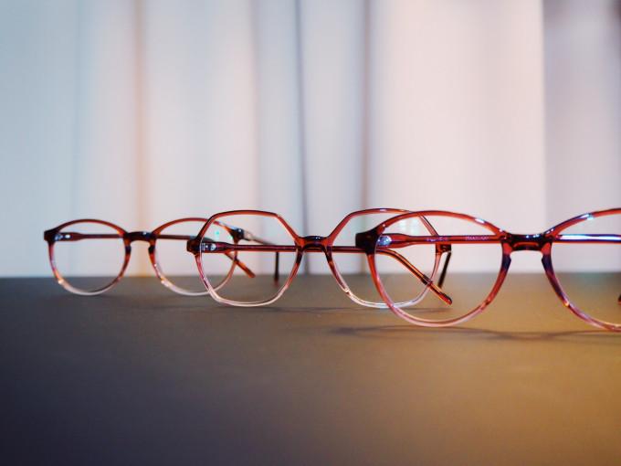 3 Modelle von REIZ aus der Serie Optitektur in der Präsentation auf der Brillenmesse.