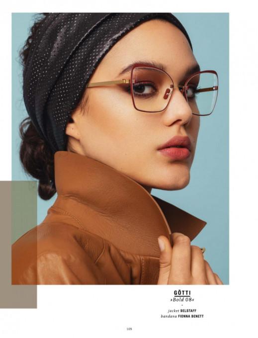 Eine Frau in hellbrauner Lederjacke mit einer randlosen Brille aus der Götti Perspective Kollektion mit zusätzlichem 3D-gedrucktem Fassungsrand.