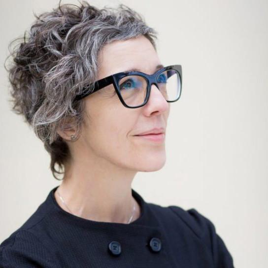 Beate Leinz, erfahrene Brillendesignerin mit einer avantgardistischen Brille, die sich nun auch eine eigene Kollektion entwickelt hat.