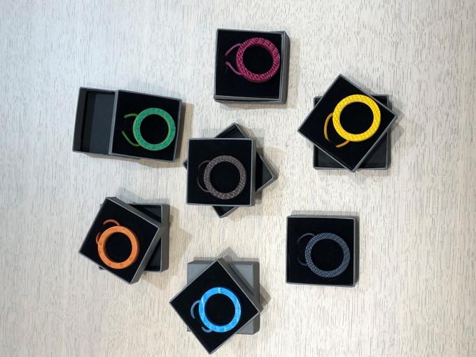 Sieben Le Kevin Brillenketten in verschiedenen bunten Farben in ihren Umkartons von oben gesehen.
