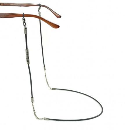 Brillenkette als Kombination aus Leder und Metallkettchen mit 2 Silikonringen an den Bürgelenden einer Brille befestigt.