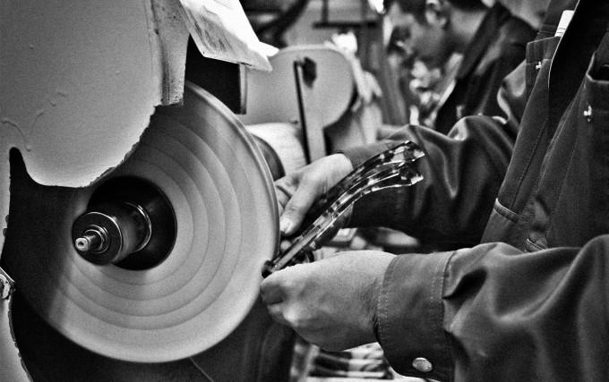 Die Handpolitur einer Acetatbrille ist eines der letzten, aber entscheidenden Details der Manufakturproduktion von Jacques Marie Mage.