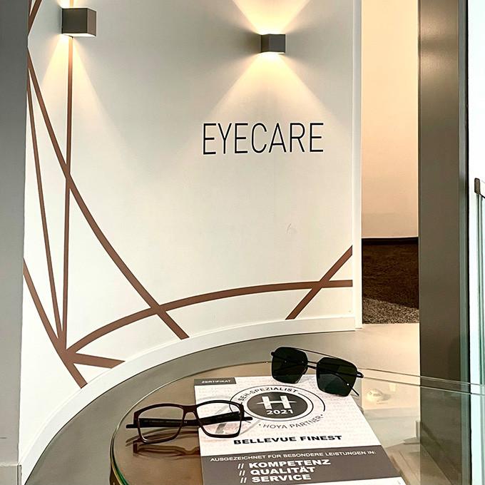 Die Galerieebene von BELLEVUE ist für EYECARE reserviert. Der perfekte Ort, um uns in voller Konzentration um die Leistungsfähigkeit und das Wohlbefinden Ihrer Augen zu kümmern.