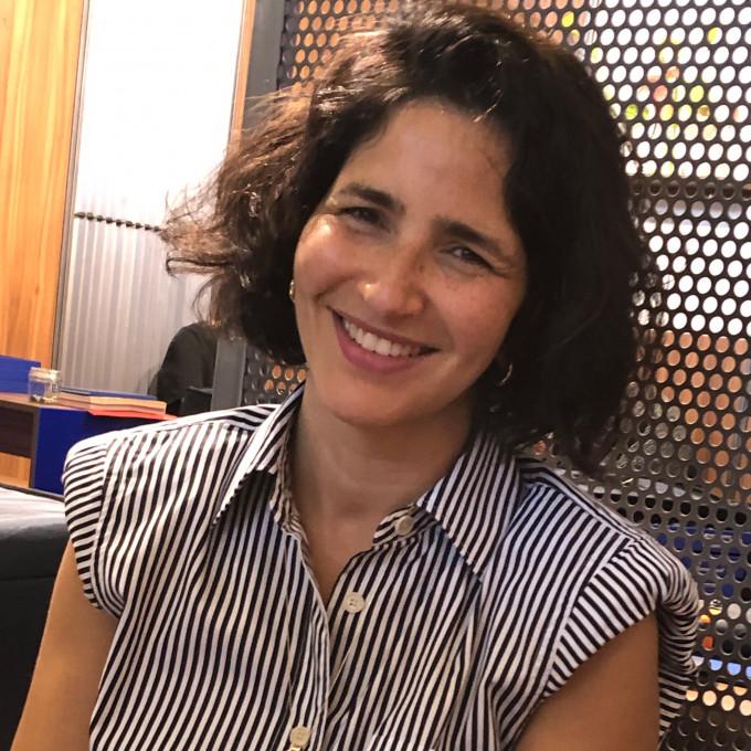 Ahlem Mani Platt, Gründerin einer eigenen Brrillenmarke auf ihrem Messestand in Paris.