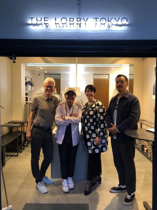 Udo und Karin Stehr gemeinsam mit Yuichi Toyama und einem Mitarbeiter vor dem Yuichi Toyama Shop in Tokio.