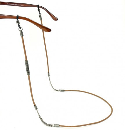 Brillenkette  als Kombination aus hellbraunem Leder und Metallkettchen mit 2 Silikonringen an den Bürgelenden einer Brille befestigt.