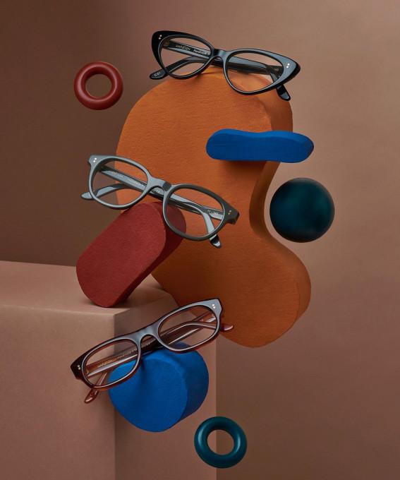 3 Modelle der Mapleton Kollektion in einer künstlerischen Installation in Braun-, Grün- und Blautönen