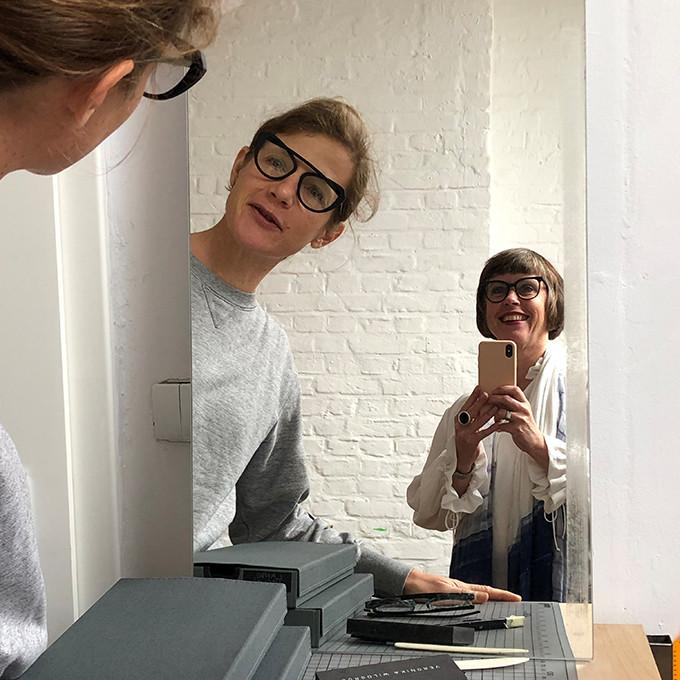 Veronika Wildgruber und Karin Stehr im Spiegel im Atelier von Veronika Wildgruber in Berlin.