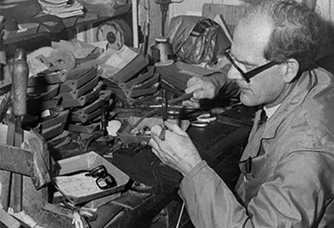 Philipp Oliver Goldsmith, der Gründer von Oliver Goldsmith, in seiner Brillenwerkstatt in den 30er Jahren des letzten Jahrhunderts.