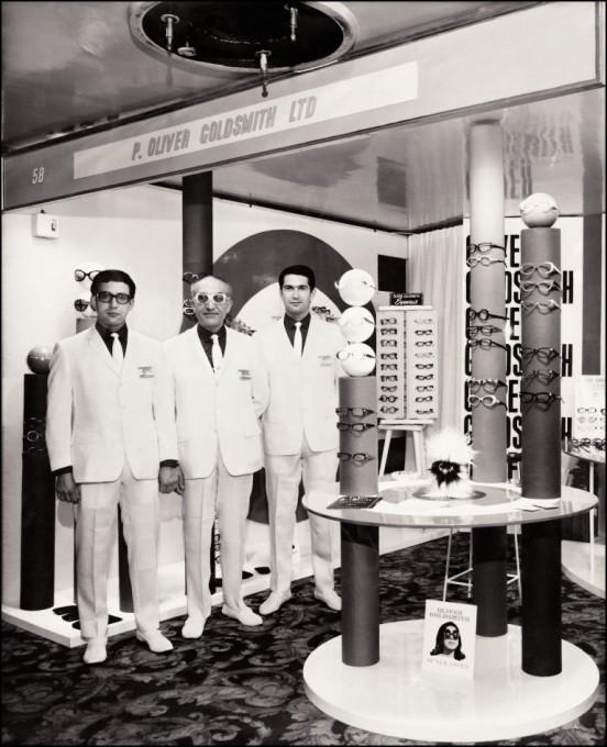 Charles Oliver Goldsmith steht gemeinsam mit seinen beiden Söhnen im eigenen Geschäft in der Poland Road in London in den 60er Jahren.