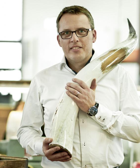 Wolfgang Thelen, Inhaber von Hoffmann Natural Eyewear mit einem seltenen, großen und fast weißen Büffelhorn in den Händen.