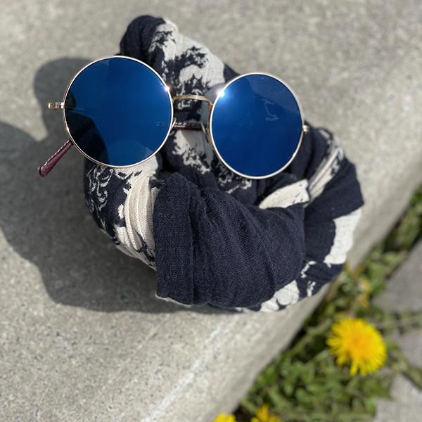 Große runde Metall-Sonnenbrille von Clement Gouverneur mit blauen Gläsern.
