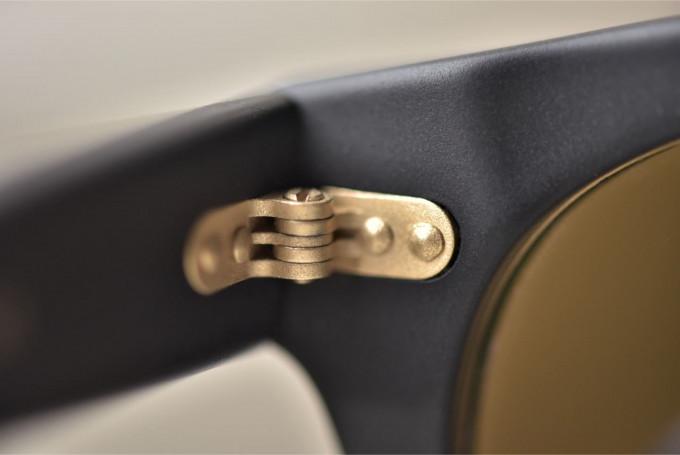 Das Scharnier der Mapleton Brillen besteht aus Messing, wird in Deutschland hergestellt und hat eine sehr robuste Konstruktion.