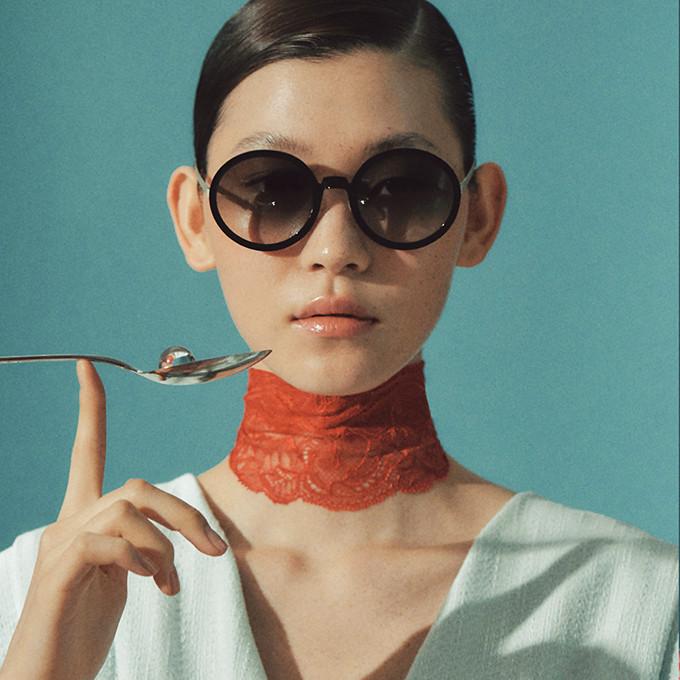 Frauenportrait mit großer, runder, schwarzer Sonnenbrille von Lindberg aus Dänemark