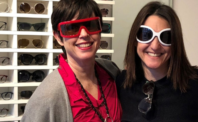 Karin Stehr und Claire Goldsmith in ihrem ehemaligen Geschäft in Notting Hill in London. Beide tragen ikonische Modelle aus den 60er Jahren.