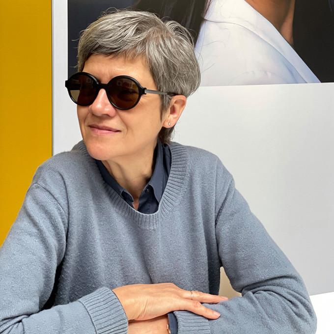 Colibri's Inhaberin Susanne Reckzeh mit einer runden Kunststoff-Sonnenbrille aus der neuen Kollektion.
