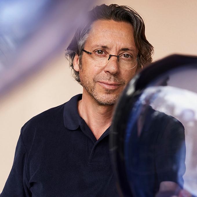Sven Götti, Gründer und Designer der Götti Brillen mit einer randlosen Brille aus seiner Perspective Serie.