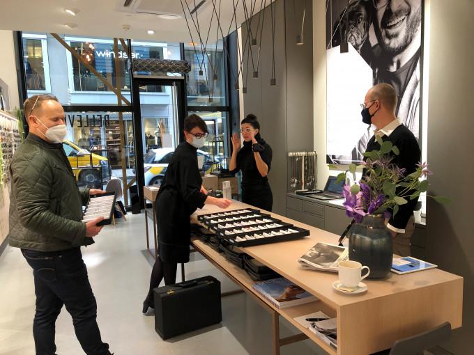 Einkauf von Orgreen Brillen im kleinen Team und Repräsentant - alle mit Masken