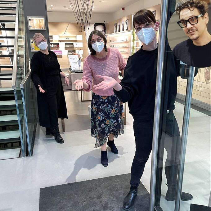 4 BELLEVUE Team-Mitglieder heißen an der Tür neue Kunden herzlich willkommen.