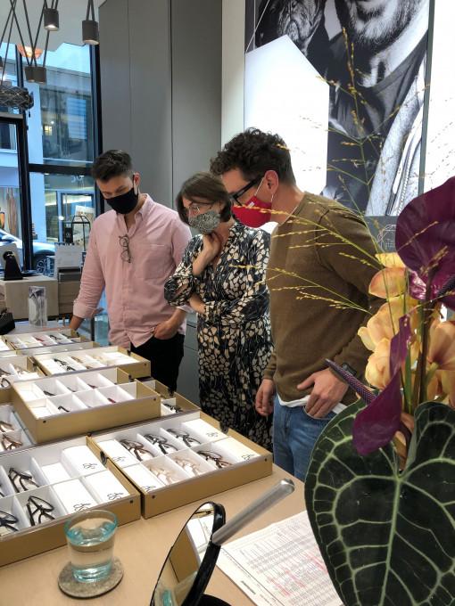 Gemeinsamer Einkauf von Suzy Glam Brillen im kleinen Team mit Masken