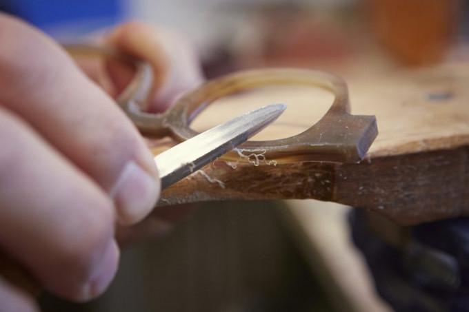 Feilen in reiner Handarbeit gehört bei der Herstellung von Büffelhornbrillen zum Entstehungsprozess dazu.