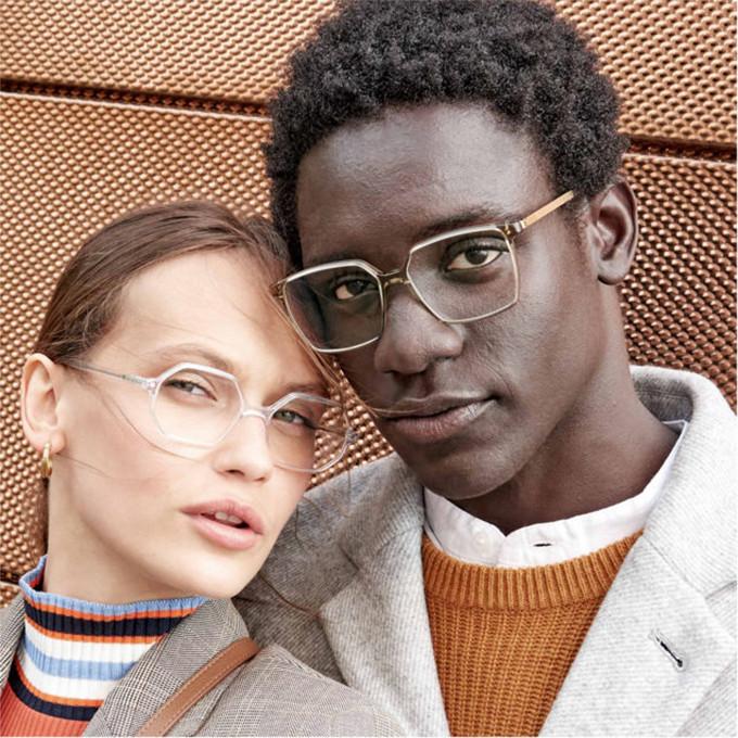Ein Paar mit großen gradlinigen Acetatbrillen aus der Götti Kollektion.