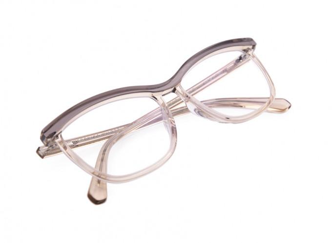 Baseline Modell in rosé transparent. Veronika Wildgruber hat mit der Baseline einige zurückhaltendere Brillenmodelle entworfen, die dennoch unverkennbar ihre Designsprache sprechen.