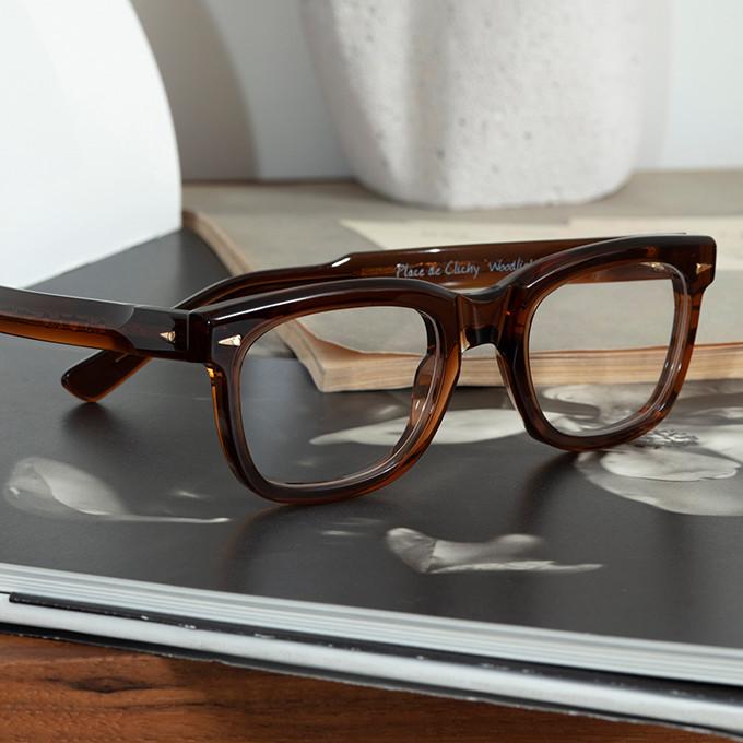 Ausdrucksvolle, massive Acetatbrille von Ahlem auf einem aufgeschlagenen Buch.