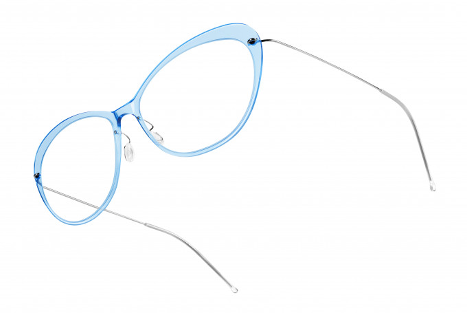 Superleichtes Lindberg NOW Modell in femininer Schmetterlingsform in hellblau transparent.