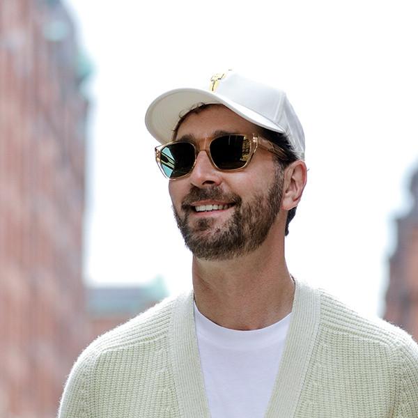 Jörg Oppermann, ein bekannter Coiffeur in Hamburg, trägt die Ace Sonnenbrille aus Acetat von Orgreen.