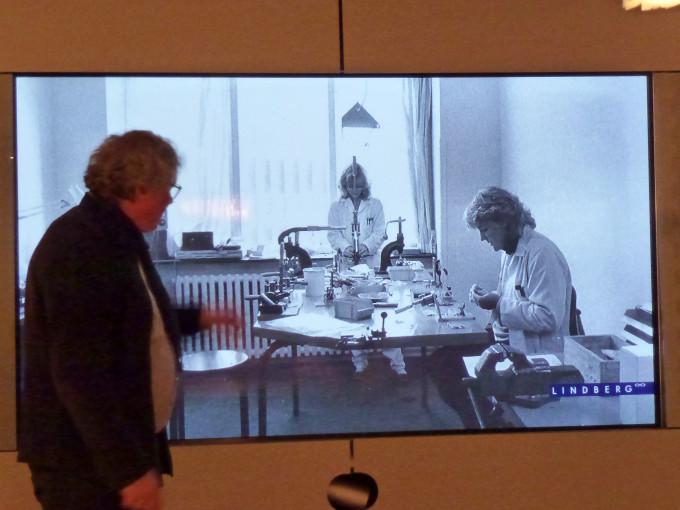 Henrik Lindberg vor einem Screen, der die Anfänge der Produktion der Lindberg Brillen zeigt.