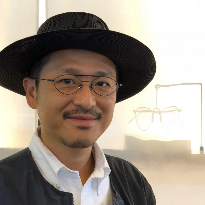 Yuichi Toyama ist Gründer und Designer seiner eigenen Marke, hier zu sehen auf seinem Messestand in Paris.