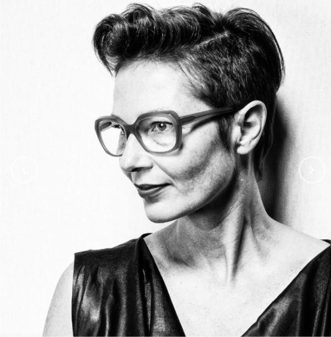 Susanne Klemm, Brillendesignerin ihrer Marke Suzy Glam im Portrait mit avantgardistischer Acetatbrille.