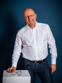 Wolfgang Reckzeh ist mit seiner Kollektion Colibri's der Pionier für modische Brillen für kleine Köpfe.
