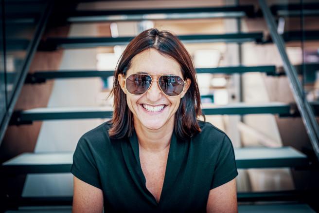 Claire Goldsmith, die Enkelin von Oliver Goldsmith, mit einer Sonnenbrille aus ihrer Kollektion.
