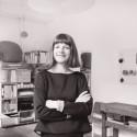 Veronika Wildgruber steht im in ihrem Berliner Atelier, in dem die Brillenmodelle ihrer Marke entstehen.
