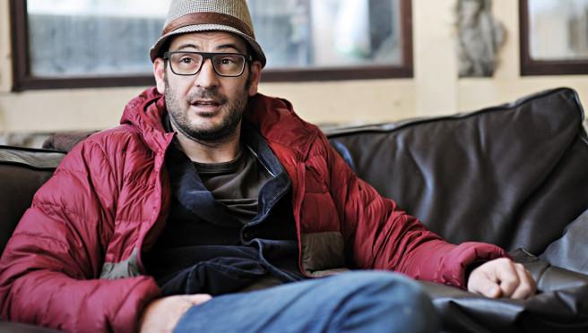 Roland Wolf, Inhaber von ROLF Spectacles entspannt auf einem Sofa in der Manufaktur in Tirol.