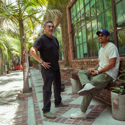 Larry Leight und Garrett Leight von der kalifornischen Luxusmarke Mr. Leight in einem Innenhof mit Palmen in Venice Beach, Kalifornien.