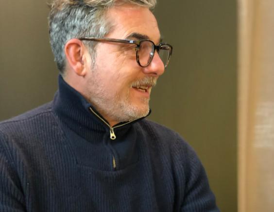 Franz Reutter, Gründer und Inhaber von REIZ, mit einer Brille aus seiner Kollektion.
