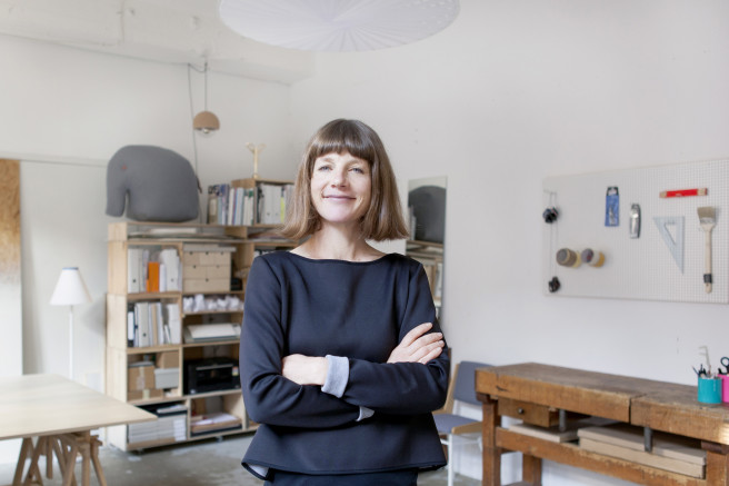 Veronika Wildgruber mit einem freundlichen Lächeln mitten in ihrem hellen Designatelier.