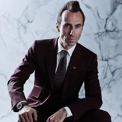Jerome Mage, Gründer und Designer von Jacques Marie Mage im edlen Anzug.