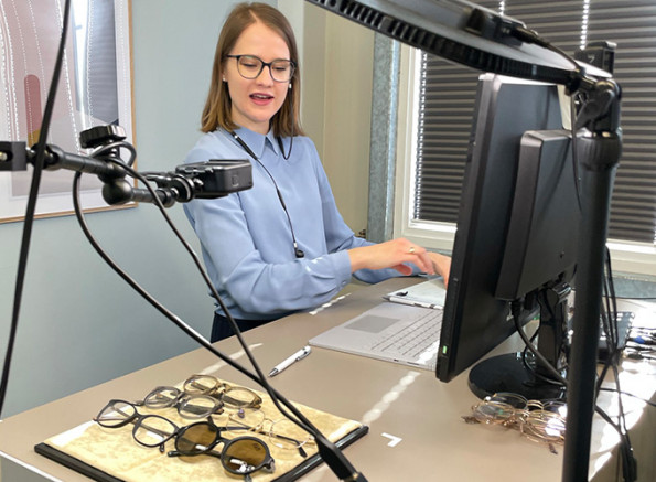 Elena Reckzeh von Colibri's, der Brillenmarke für kleine Köpfe, präsentiert die Kollektion im Video-Streaming.