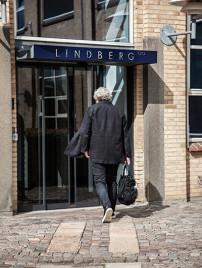 Henrik Lindberg, Inhaber und Kopf des Unternehmens Lindberg, geht mit einer großen Tasche in der Hand zur Eingangstür der Lindberg Manufaktur.