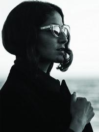 Ahlem Manai-Platt, Inhaberin und Designerin von Ahlem im Profil am Meer.