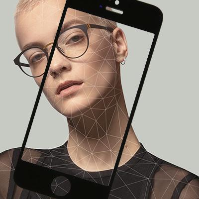 Frauenportrait mit Brille und Digitalisierungslinien, überlagert von einem Handy als Grafik