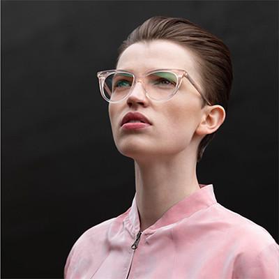 Veronika Wildgruber Acetatbrille in transparentem Pink, Model mit dunklen Haaren